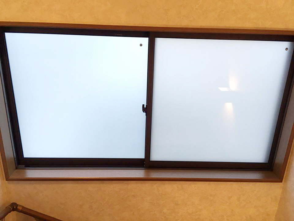 真空ガラスクリアFIT-すりガラス交換後(階段の窓)
