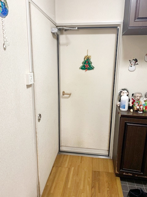 施工前の既存ドア(部屋外)