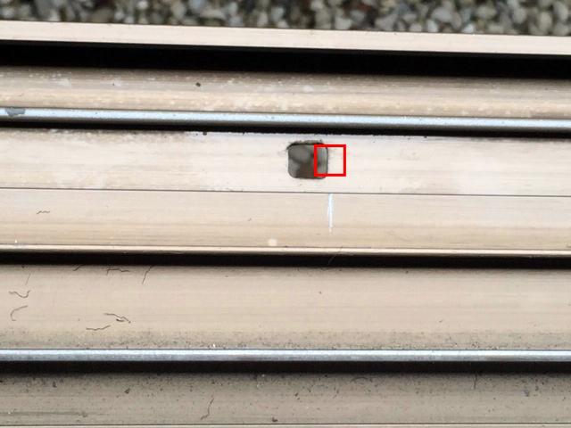 右に穴を空けると現在の穴につながってしまいます。(写真2)
