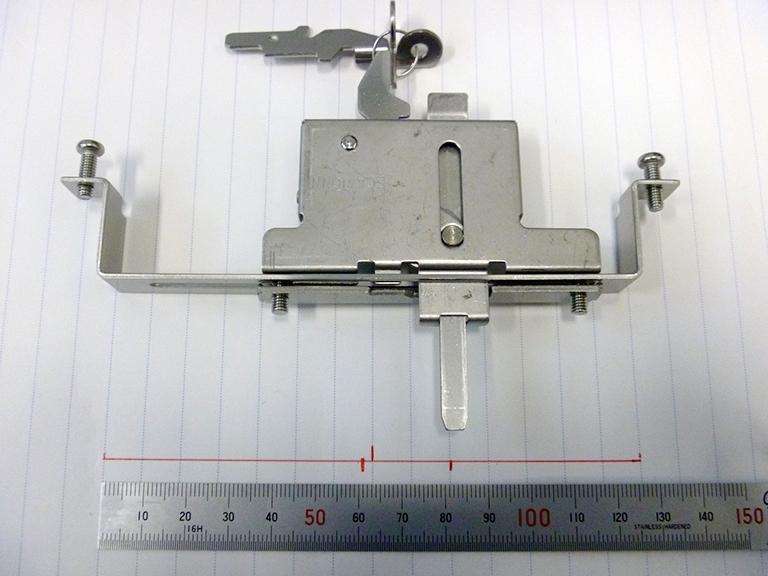 エコアマド下部錠:右に20mmスライドさせた状態