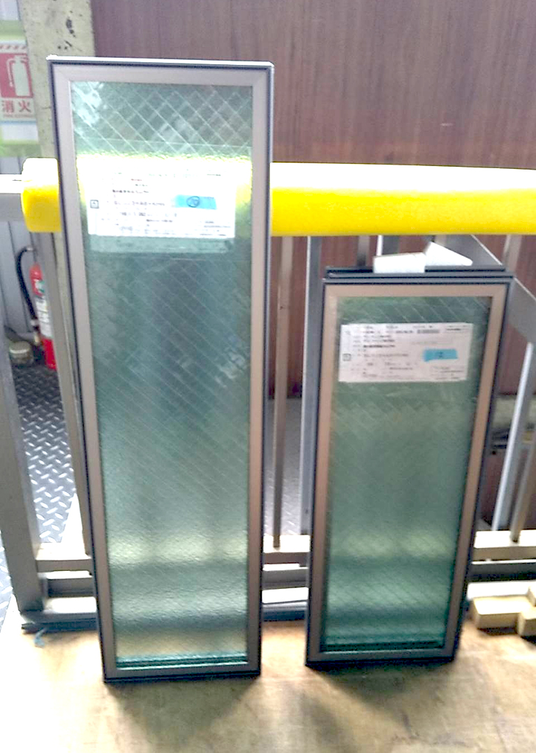 発送前のアタッチメント付き複層ガラス